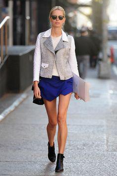 Easy Going: Model Karolina Kurkova spazierte durch New York im grafisch anmutenden Look aus Minirock, Stiefeletten und kurzer Tweedjacke mit Lederärmeln von Sandro