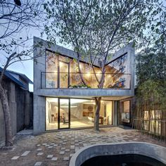Architecture that integrates the landscape of its proposed site into the interior and exterior spaces of the final building is not something new, but the hom...