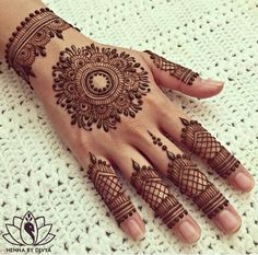 You HAVE to see these Minimal new mehndi design ideas for this wedding season! Party the mehndi party away with these back of the hand henna ideas! Finger Henna Designs, Mehndi Designs For Girls, Henna Art Designs, Bridal Henna Designs, Unique Mehndi Designs, Mehndi Designs For Fingers, Beautiful Henna Designs, Latest Mehndi Designs, Mehandi Designs