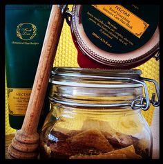 Μέλι, βασιλικός πολτός και πρόπολη…εξαιρετικός συνδυασμός και για την ενίσχυση και την αναδόμηση των μαλλιών!  Όταν λούζεστε, αφήστε το σαμπουάν για λίγα λεπτά στα μαλλιά ώστε να διεισδύσουν τα πολύτιμα συστατικά στους θύλακες των τριχών.  Χρησιμοποιείτε τη μάσκα σε στεγνά ή βρεγμένα μαλλιά, μία ή δύο φορές την εβδομάδα και θα τα δείτε να δυναμώνουν και να αποκτούν ξανά μια υγιή και πλούσια εμφάνιση!  #foodforhair #organichoney #royaljelly #nourishment #allhairtypes #nectar