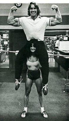 Arnold Schwarzenegger on a girls shoulders 1972