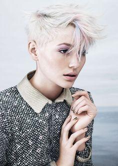 coupe courte femme blonde-cheveux-effilés-blond-platine-mèches-roses