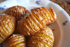 Pěkné neloupané brambory dobře umyjeme, nejlíp to jde kartáčkem.Ostrým nožem brambory svisle nakrájíme na tenounké plátky, nedořízneme až k...