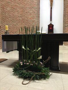 성 요한 세례자 수난 기념일 부들의초록잎은 주님의세례를행하던 물줄기 연상하도록 표현했고. 하얀카라는 순결하고 고귀한 예수님과 요한을 상징해요ㅡ요한은 주님이심을 선포하고 ㅡ새례를 배푸는 것에 대한 겸손과공경. 등이 주님의 겸손등이 표현되었고 아래에 작은꽃들은 분홍과파랑으로 ㅡ수난과 희생. 다래넝쿨의가지들이 뱀처럼 엮어져 그수난을 더강조합니다.