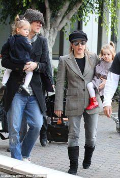 Foto de Lisa Marie Presley o seu músico e marido  Michael Lockwood e suas duas filhas que teve com ele.