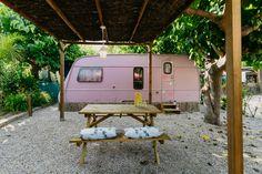 Caravanas Vintage en alquiler en el camping situado en primera línea de mar, en la Costa Dorada. Recreational Vehicles, Tiny House, Beach Feet, Camper Van, Vegetable Garden, Camper, Tiny Houses, Campers, Single Wide