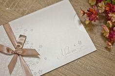 Cobertura perolada e arte com tema floral para convite de formatura.