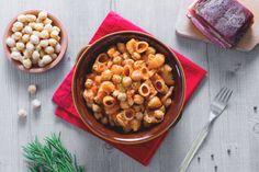La pasta e ceci è un primo piatto molto sostanzioso e saporito che deriva dalla tradizione contadina ed è adatto ai freddi mesi invernali.