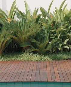Jardim de colecionador: esculturas, piscina e muito verde - Casa