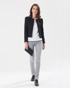 Succombez à la matière fantaisie de cette chic veste courte noire! On aime: - sa forme sans col - ses poches plaquées  Ne se ferme pas.