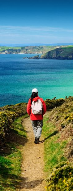 The South West Coast Path is definitely one for the walking list to experience. Choose your own pace - challenge yourself or take an afternoon stroll. At 630 miles long, the path is England's longest waymarked long-distance footpath. Great Places, Places To Go, Bucket List Life, South West Coast Path, Visit Britain, Next Holiday, Lake District, London City, What Is Like