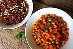 Рецепт. Чана масала и красный рис с орешками и изюмом. Чана масала, это традиционное блюдо индийской кухни. Основой этой острой и пряной подливки является турецкий горох - нут. Готовится чана масла...