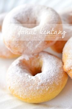 Food photography, cake, cookies and Indonesian food. Indonesian Desserts, Indonesian Food, Potato Doughnuts Recipe, Banana Dessert Recipes, Bagel, Donuts, Food Photography, Food And Drink, Snacks