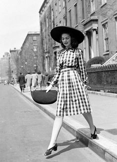 1940s street style - gingham with sunhat