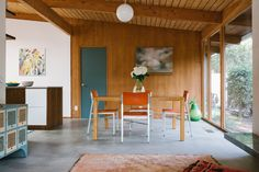 Before & After: The Budget-Conscious Restoration of A Mid-Century Marvel – Design*Sponge Custom Dining Tables, Vintage Dining Chairs, Modern Home Interior Design, Modern House Design, Modern Interiors, Interior Styling, Mid Century Modern Kitchen, Attic Renovation, Architect House