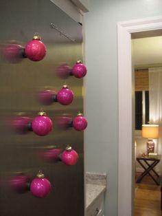 Magneetjes aan kerstballen lijmen
