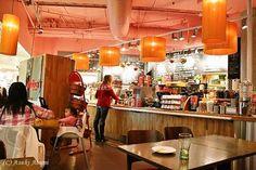 Jordbærpikene in Tromsø, Norway ©Asaki Abumi ヨールバール・ピーケネはショッピングセンター内で見かけるノルウェー発のカフェ。「ストロベリーなお嬢さんたち」が集まるかのように、このカフェは子連れのママの姿が目立ちます。