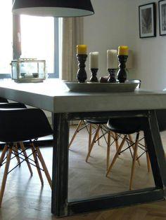 Betonlook tafel met stalen poten en desing kuipstoelen...allemaal van Molitli Interieurmakers