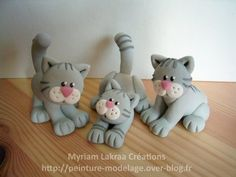 Trois chats gris - Myriam Lakraa Créations - Pâte polymère Fimo (polymer clay cats) Polymer Clay Cat, Sculpey Clay, Polymer Clay Figures, Polymer Clay Animals, Polymer Clay Projects, Polymer Clay Creations, Clay Cats, Fondant Animals, Polymer Clay Christmas