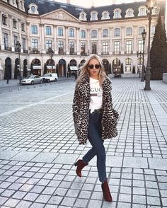 A third piece shouldn't only be worn during the colder months of year. And I think I don't need to talk about it's importance, right?! So, I selected nine times that a leopard coat made a difference to an outfit.
