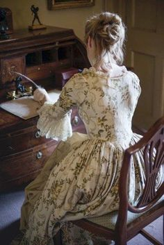 if I ever made a colonial dress I think it would look some thing like this one...I really like that style and print.