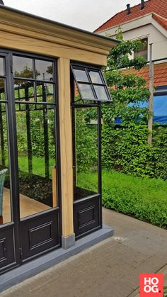 Tuinkamer met smeedijzeren ramen - Hoog ■ Exclusieve woon- en tuin inspiratie. Iron Windows, Steel Windows, House Deck, Facade House, Gazebo, Glass Room, Marquise, House Extensions, Glass House