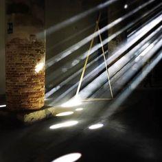 #Repost @marianaamaralcomunicacao  Veneza recebe até dia 27 de novembro a 15a Mostra Internacional de Arquitetura a @labiennale Reporting From the Front é o tema escolhido para falar dos desafios do progresso nas cidades mantendo o compromisso com a sustentabilidade e a qualidade de vida para as pessoas. Alejandro Aravena arquiteto chileno vencedor do Pritzker é o curador da edição. Seguindo o tema de 2016 os alemães do #transsolar idealizaram uma instalação onde o teto recebe perfurações…