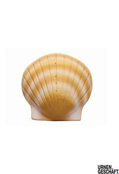 Muschel Seeurne Die Seeurne ist eine spezielle Urne, die bei der Seebestattung Anwendung findet und aus wasserlöslichen Materialien wie Mineralien (zum Beispiel gepresster Sandstein oder Salzkristall) oder Zellulose besteht. Die Seeurne löst sich je nach Material nach einer bestimmten Zeit vollständig auf; die Asche verbleibt auf dem Meeresboden und wird von Grundsanden abgedeckt. Es entsteht eine Grabstelle auf dem Meeresgrund. -> http://de.wikipedia.org/wiki/Seebestattung