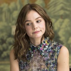 Carey Mulligan usually keeps her fine hair short, but we think this shoulder length style is just as pretty. Parting her hair in the centre, Carey has only curled the mid sections of her hair, leaving the ends natural to create this relaxed 'do. Carey Mulligan Hair, Carrie Mulligan, Overnight Hairstyles, Curled Hairstyles, Cool Hairstyles, Marcus Mumford, Jane Austen, Westminster, Hair Thickening