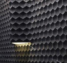 Avec Favo Curve, le fabricant Lithos propose des carreaux muraux originaux, graphiques et contemporains. Disponibles en modèle plat ou courbe pour accueillir un luminaire mural, ils possèdent une surface en relief, habillée d'un motif ...
