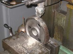 Using a commercial gear cutter to cut a gear tooth with a horizontal metal shaper Metal Lathe Tools, Diy Lathe, Metal Bending Tools, Metal Working Machines, Metal Working Tools, Grinding Machine, Milling Machine, Shaper Tools, Machinist Tools