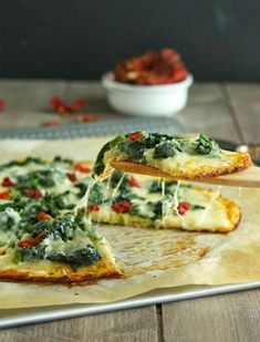 Cauliflower Crust Spinach White Pizza - Low carb gluten-free packed with veggies and so good. It's my new favorite pizza! Pizza Recipes, Low Carb Recipes, Vegetarian Recipes, Cooking Recipes, Healthy Recipes, Vegetarian Pizza, Yummy Recipes, Dinner Recipes, Spinach Pizza