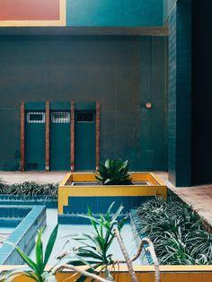 "architecture contemporaine espagnole : Ricardo Bofill, 1974, immeubles ""Walden 7"", Barcelone, photo Romain Laprade, bleu turquoise, 1970s"