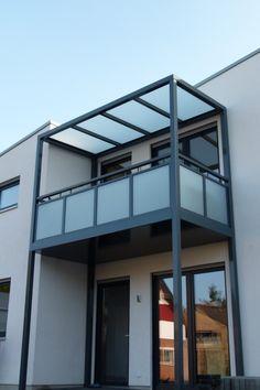 Balcony Grill Design, Balcony Railing Design, Roof Design, Porch And Balcony, Iron Balcony, Home Building Design, Building A House, Tiny House Exterior, House Extension Design