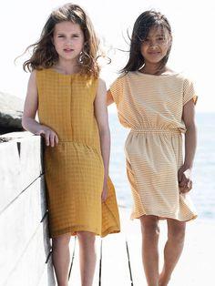 Rochiță Serendipity Organics  din bumbac 100% organic, certificat GOTS. Model deosebit cu carouri fine în relief. Un material ușor, moale fapt ce face ca rochia să fie foarte confortabilă și ideală pentru vară sau toamnă.  Mărimi disponibile: de la 2 ani (92 cm) până la 7 ani (122 cm).  Compoziție: 100% bumbac organic. Baroque Design, Holding Baby, New Handbags, Gold Price, Mode Online, Serendipity, Kind Mode, Girls, High Neck Dress