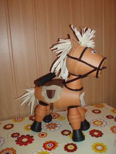 Horse with terra cotta / clay pots  Cheval en pots d'argile