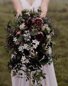 Moody, textural, cascading natives, courtesy of Veronica Jo Flowers from today's featured elopement. @aaronshumphotography worked some magic on this one!