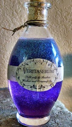 Halloween potions - instructions on recipes to get glitter and dyed potions that. Halloween potions - instructions on recipes to get glitter and dyed potions that will look cool in an apothecary jar Objet Harry Potter, Décoration Harry Potter, Harry Potter Bedroom, Harry Potter Halloween, Harry Potter Birthday, Harry Potter Crafts Diy, Harry Potter Christmas Decorations, Diy Halloween Decorations, Theme Halloween