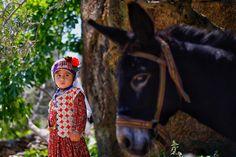 Rengârenk  giysilerle  yaşatılan  500  yıllık  gelenek Muğla'nın  Milas  ilçesi  Çomakdağ  köyünde  kadınlar,  günlük  hayatta  rengârenk  giyim kuşamlarıyla  500  yıllık  geleneklerini  yaşatıyor. Köyde  yapılan  geleneksel  düğünler  de  büyük  ilgi  görüyor.  4-5  gün  süren  düğünleri  izlemek için  çok  sayıda  yabancı  turist,  köyü  ziyaret  ediyor.