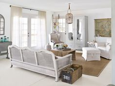 French country Living Rooms - Country Living patina sobre muebles antiguos