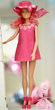 Barbie dress & hat, free er klædt i Yvonne-tøj