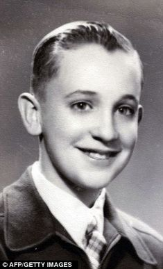 A photograph of a young Jorge Bergoglio, who would grow up to be the future Pope Francis. Papa Francisco I, Papa Francisco Frases, Steve Jobs, Oprah Winfrey, Martin Luther, Barack Obama, Papa Juan Pablo Ii, Young Pope, Young Man