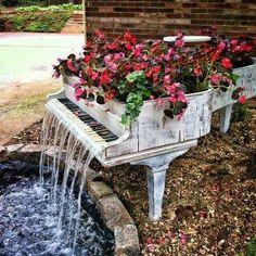 siguiendo un poco con la idea de reciclaje tenemos un viajo piano hecho cascada el cual esta decorado con flores