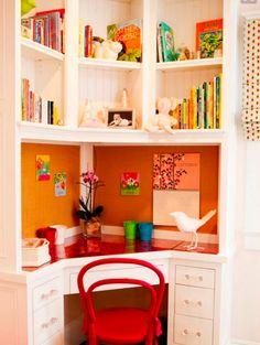 ESTUDO EMBUTIDO | transforme o armário embutido numa escrivaninha, ao retirar algumas portas e aproveitar uma das prateleiras para ser o apoio de estudos. Se quiser levar charme ao espaço, pinte a parede com a cor favorita da criança. #cantodeestudos #TecnisaDecor #Tecnisa Foto: OnlineMagazine