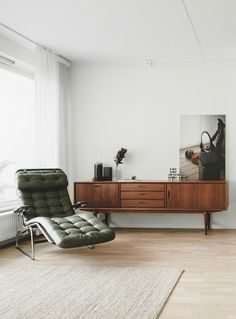 Modern, mid-century modern apartment by Fantastic Frank. Be bold and add mid-century modern furniture to a modern apartment. Mid Century Modern Living Room, Mid Century Decor, Mid Century House, Mid Century Modern Design, Mid Century Modern Furniture, Modern House Design, Modern Interior Design, Mid Century Sideboard, Mid Century Modern Chairs