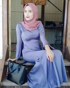 Arab Girls Hijab, Girl Hijab, Muslim Girls, Beautiful Arab Women, Beautiful Hijab, Beautiful Asian Girls, Hijab Jeans, Teen Girl Poses, Hijab Fashionista
