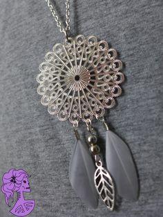 DREAM Silver - Long collier sautoir argenté avec disque filigrane, plume grise et breloque feuille : Collier par rockshirley