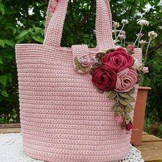 By Mariza Crochet Designer: Bolsa Roses Crochet Crochet Cord, Bag Crochet, Crochet Backpack, Crochet Handbags, Crochet Bunny, Crochet Purses, Crochet Gifts, Crochet Motif, Crochet Shawl