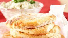Perunarieskat valmistuvat näppärästi perunasosejauheesta. Rieskat maistuvat vaikkapa keiton tai teen seurana.