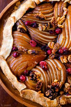 Spiced Caramel Pear Galette with Walnuts and Cranberries Fall Recipes, Sweet Recipes, Holiday Recipes, Christmas Recipes, Apple Galette, Pear Recipes, Vegetarian Recipes, Caramel Pears, Deserts